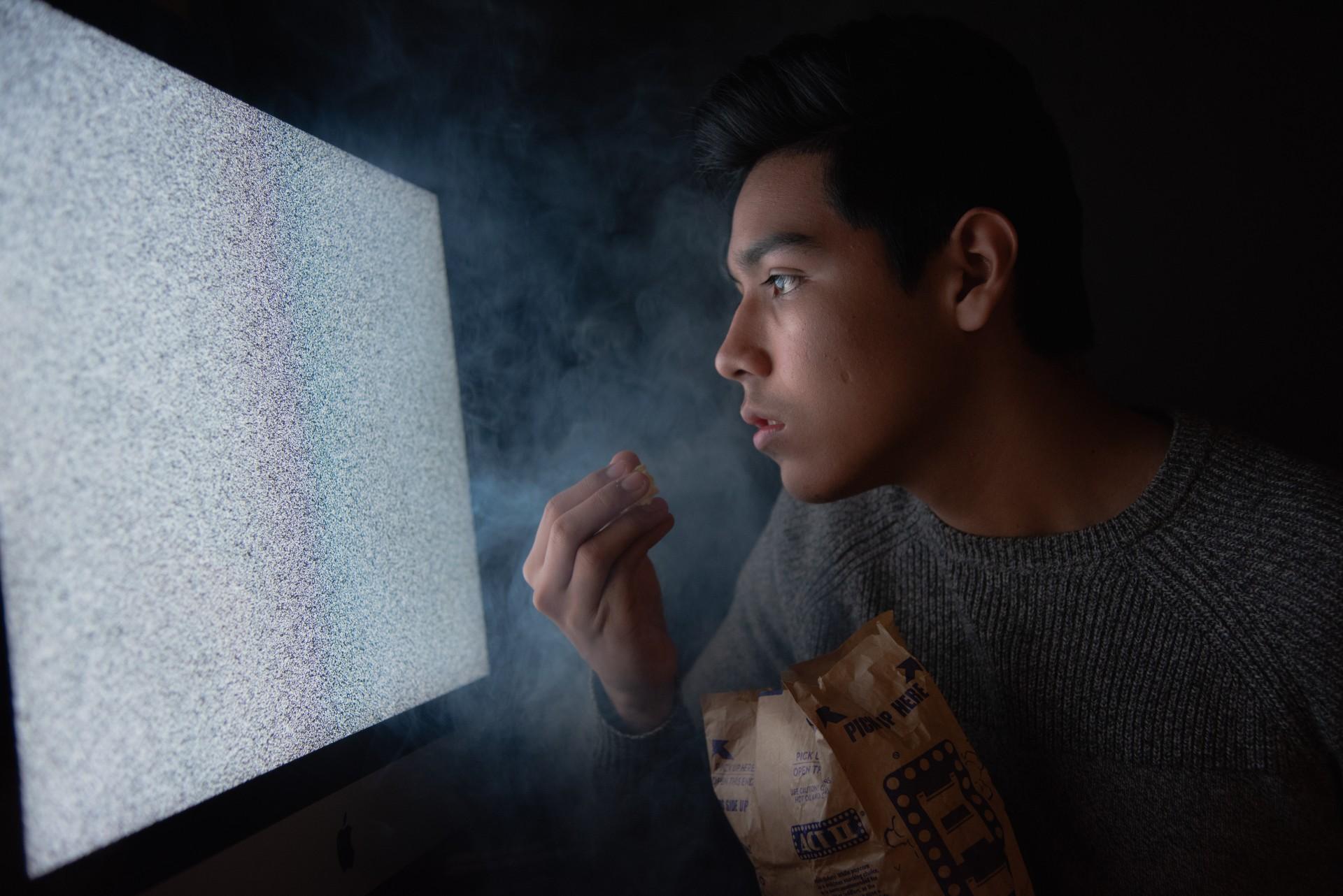 ¿Sentarse cerca de la tele te dañará la vista?