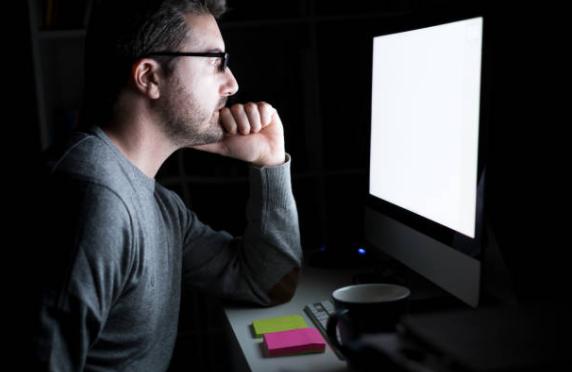 El uso frecuente de pantallas puede ocasionar ojo seco y trastornos de adaptación visual