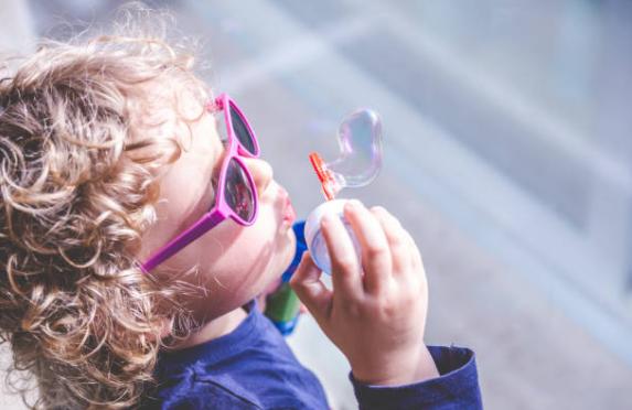 Los ópticos catalanes alertan de que solo el 2% de los niños utilizan gafas de sol