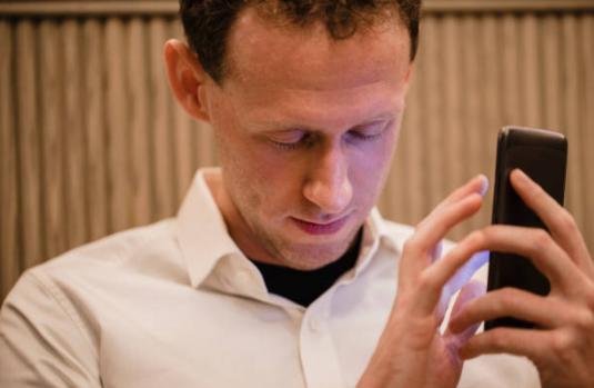 Lanzan aplicación móvil para que los no videntes sepan cómo y qué autobús coger